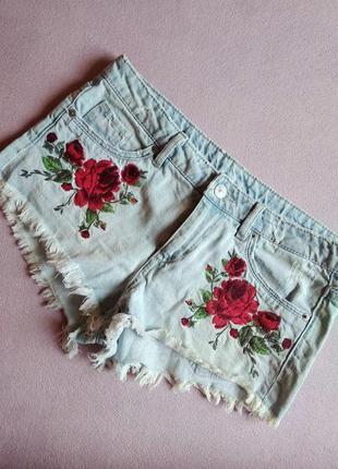 Светлые джинсовые шорты с вышивкой