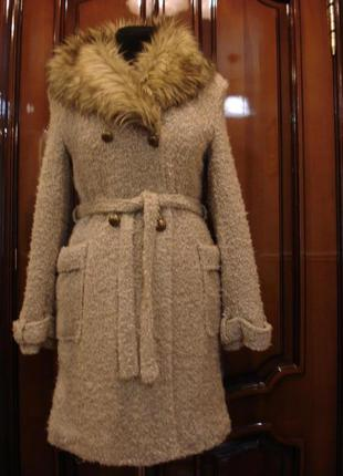Шерстяное зимнее пальто букле с меховым воротником
