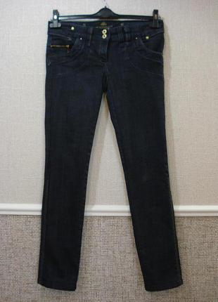 Стильные стрейчевые зауженные джинсы.