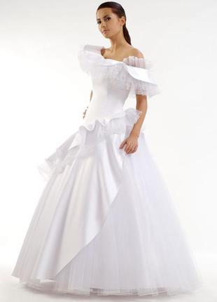 Белое пышное свадебное платье длинное платье с заниженной тали...