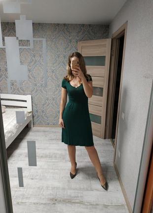 Стильное базовое платье миди изумрудного цвета