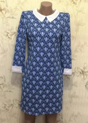 Платье синего цвета в принт с белым воротником и манжетами, р.10