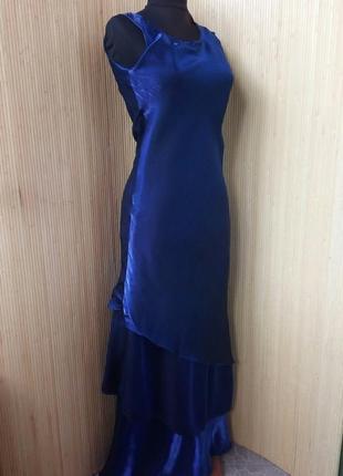 Атласное вечернее платье с рюшами цвета электрик / синий