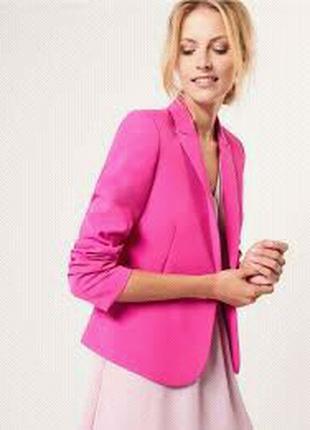Яркий женский пиджак.