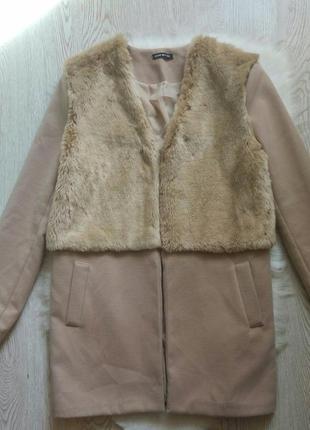 Бежевое теплое короткое пальто с мехом сверху половина кармана...
