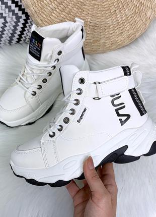 Стильные белые кроссовки деми на массивной подошве