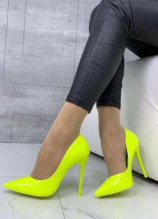 Шикарные неоновые жёлтые туфли на шпильке