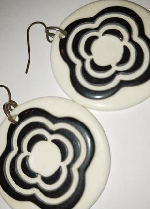 Круглые белые серьги с розами