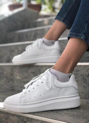 Шикарные женские кожаные кроссовки alexander mcqueen в белом ц...