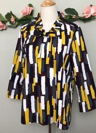 Яркая хлопковая блузка прямого покроя с абстрактным принтом и ...