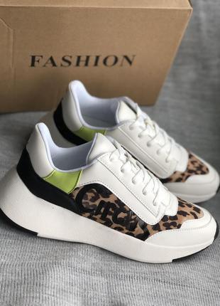 Кроссовки белые с леопардовыми вставками бренд