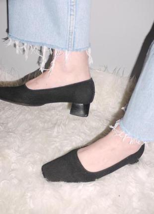 Модные итальянские туфли из фактурной ткани и натуральной кожи .