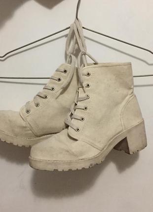 Бежевые котоновые ботинки . италия 🇮🇹 на небольшом каблуке ,по...