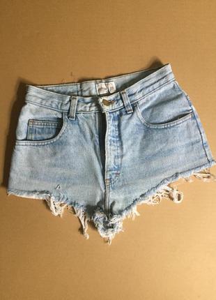 Светло голубые джинсовые шорты . завышенная посадка с бахромой...