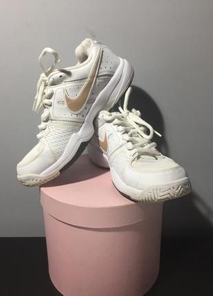 Белые кроссовки nike air cage court с золотистым