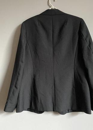 Строгий чёрный жакет с накладными карманами