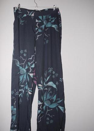 Широкие струящиеся брюки на талию темно синие в цветы
