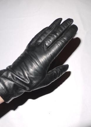 Аккуратные мягкие перчатки из черной кожи . подкладка из тонко...