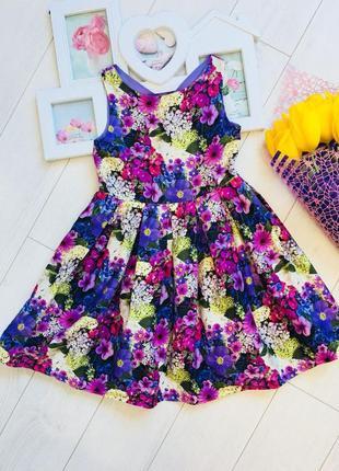 Яркое платье фиалкового цвета