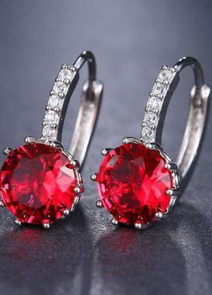 Элегантные серьги с красным камушком