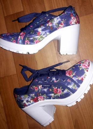 Джинсовые туфли на каблуке.