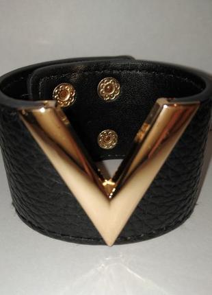 Стильный черный кожаный браслет с золотистой вставкой v