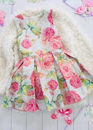 Платье праздничное из плотной ткани держит форму