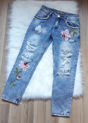 Крутые рваные джинсы бойфренд с дырками, вышивкой и жемчужинами