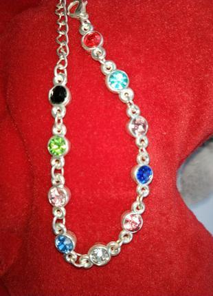Красивый браслет с разноцветными камнями