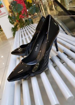 Туфли лодочки на среднем каблуке (8 см) из качественного лака,...
