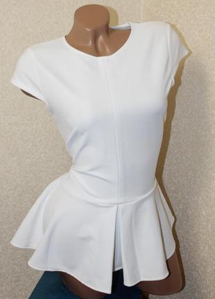 Белая блуза футболка с баской