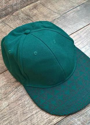 Зелёная рэперская кепка с широким прямым козырьком