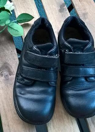 Черные кожаные туфли на мальчика от clarks на липучку-30р