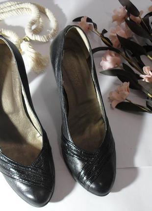 Черные кожаные женские туфли на каблуке -39