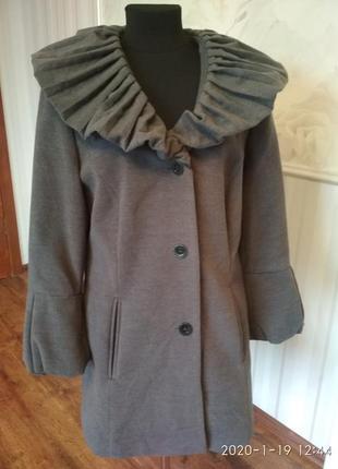 Шикарное пальто с необычным вопотником , размер 50-52 (18 англ.).