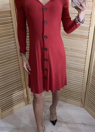 Актуальное платье миди в рубчик на пуговицах
