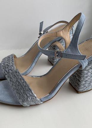 Красивые босоножки на невысоком каблуке janeway. испания