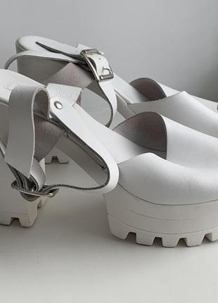 Белые кожаные босоножки на массивном каблуке topshop