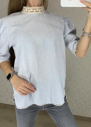 Голубая рубашка блуза с кружевным воротничком zara. хлопок и лен