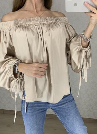 Красивая атласная блуза на плечи цвета нюд marks spencer