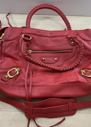 Красная кожаная сумка с ремнем