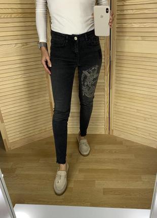 Серые джинсы с вышивкой zara