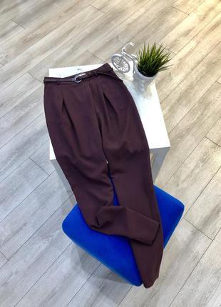 Зауженные брюки бургунди с поясом и высокой посадкой asos, ски...
