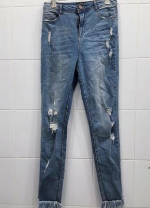 Классные джинсы с потертостями и рваностями внизу с бахромой