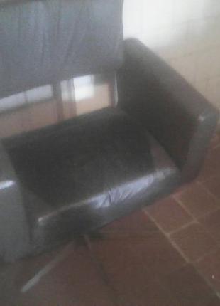 Крісло,старе,міцне,крутиться,можна використовувати як компютерне