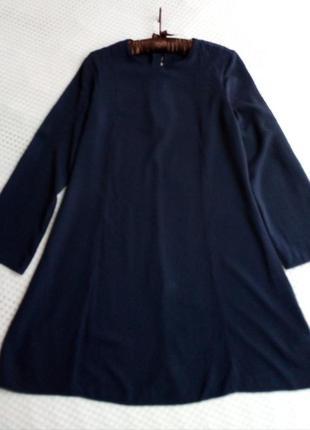 Платье цвета navy.