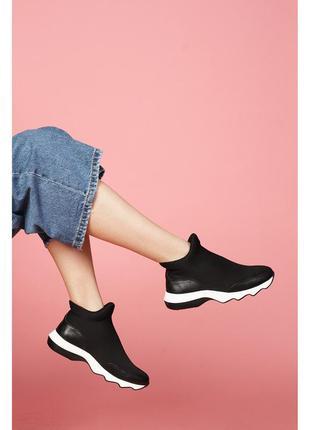 Женские кроссовки на рельефной подошве.