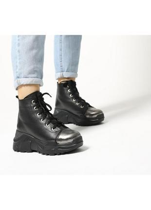 Зимние кожаные массивные женские ботинки.