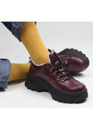 Зимние женские короткие бордовые ботинки.