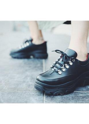 Короткие ботинки из натуральной кожи на высокой платформе.